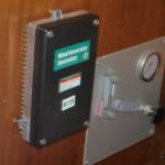 der Regler vom Windgenerator neben dem Panel des noch anzuschließenden Wassermachers